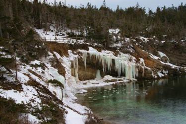 gravels-nature-trail-in-winter-the-trail-follows-the-rocky-coastline